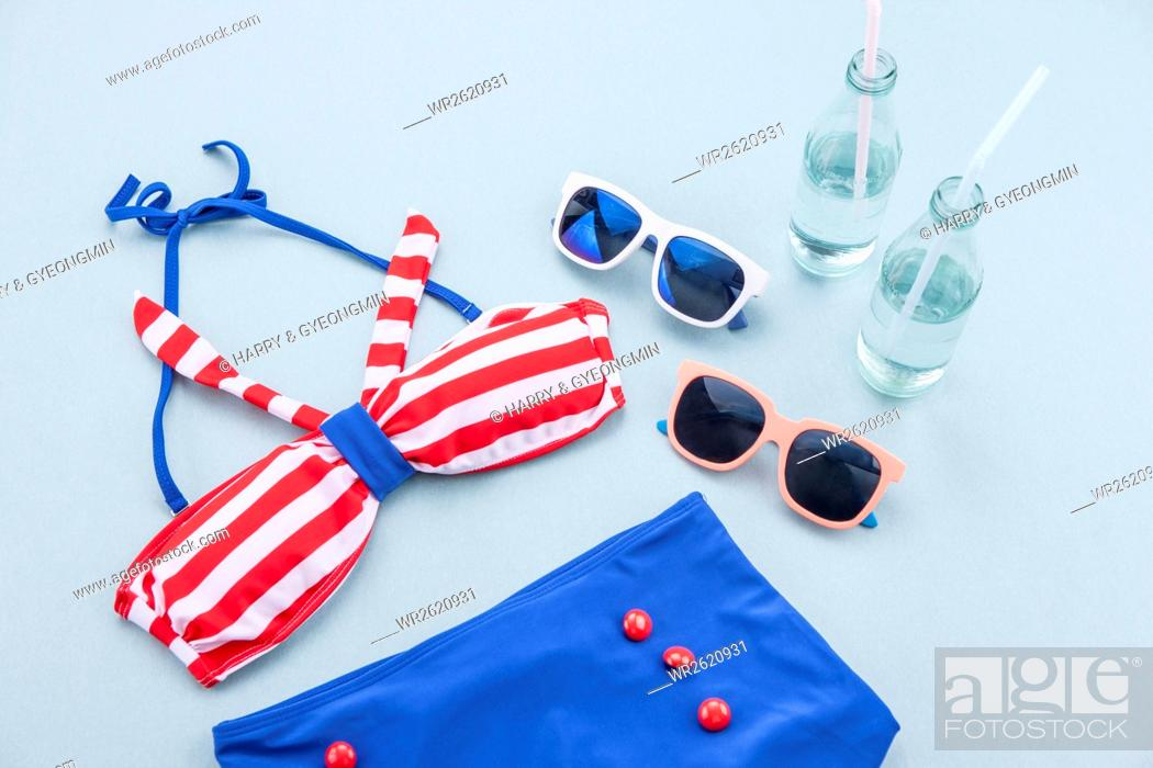 Imagen: Swimming suits and sunglasses.