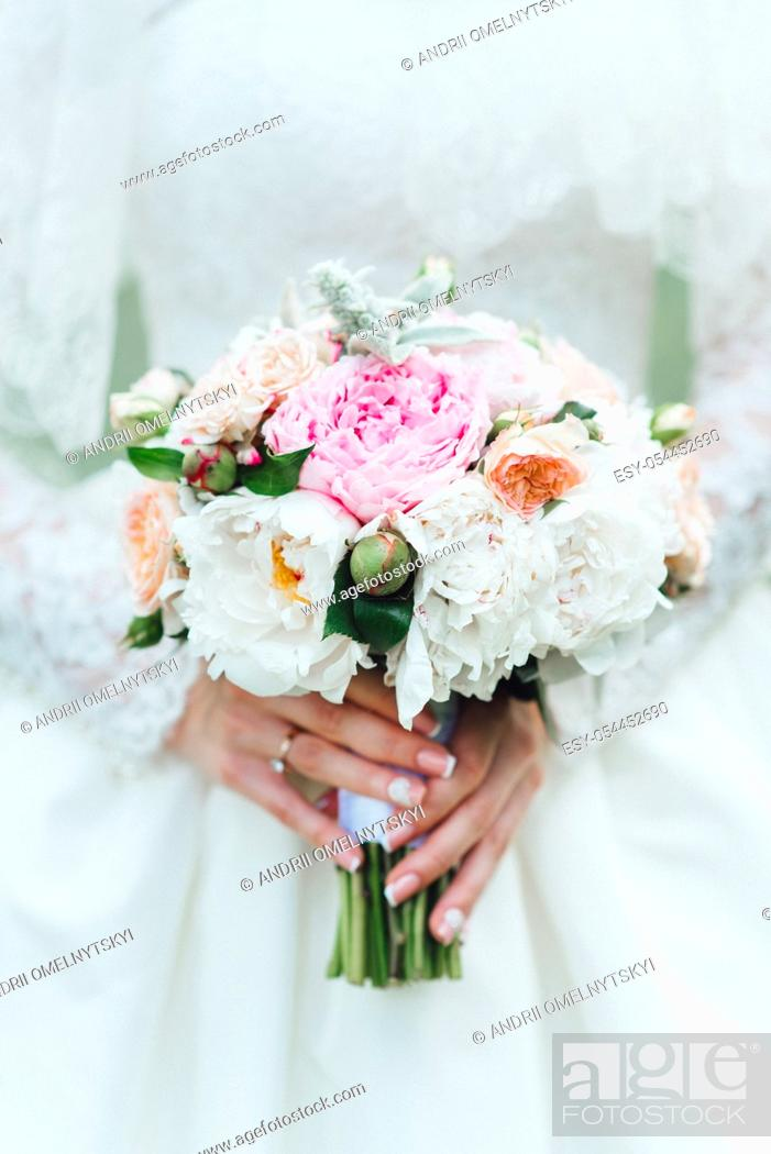 Imagen: elegant wedding bouquet of fresh natural flowers and greenery.