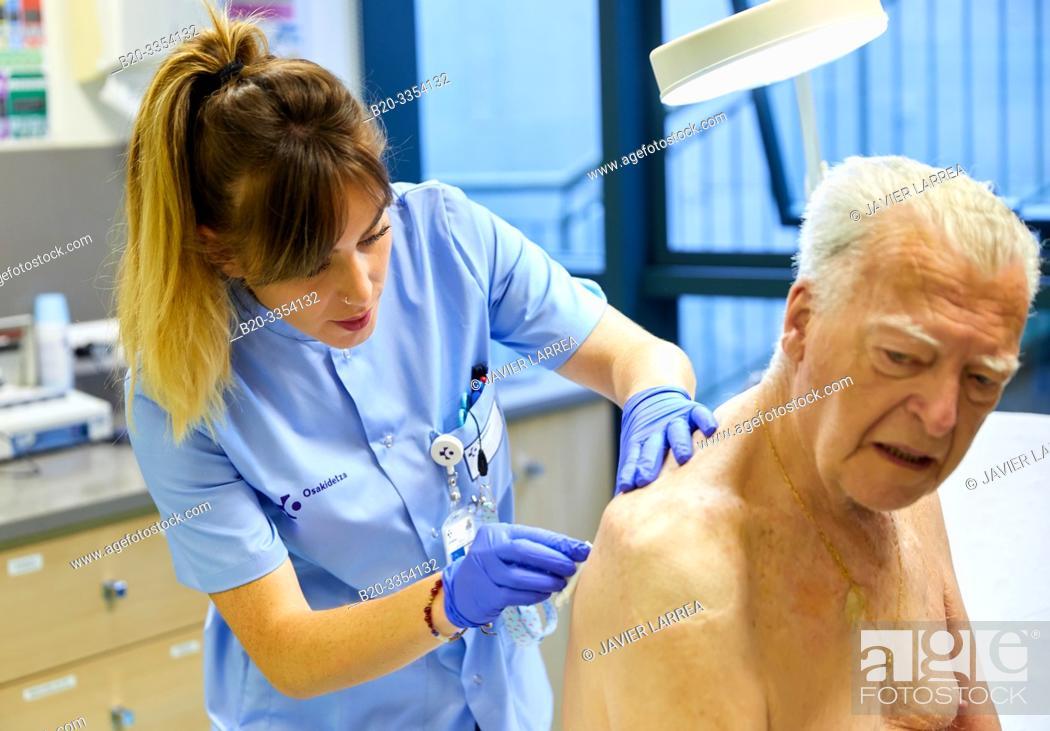 Imagen: Nurse , Treatment room, Primary care, Egia Health Center, Donostia, San Sebastian, Gipuzkoa, Basque Country, Spain.