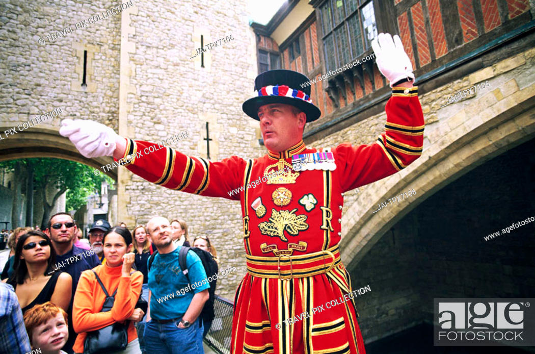 Photo de stock: England, London, Tower of London, Beefeater in State Dress giving Guided Tour to Tourists.