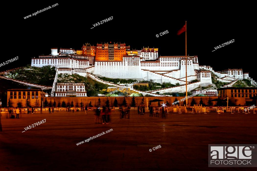 Imagen: Lhasa, Tibet, China - The view of Potala Palace at night.