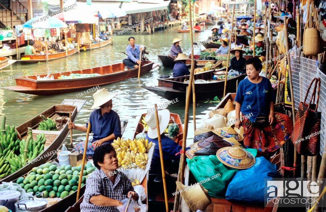 Stock Photo: Thailand, many boats on the banks of the Floating Market.