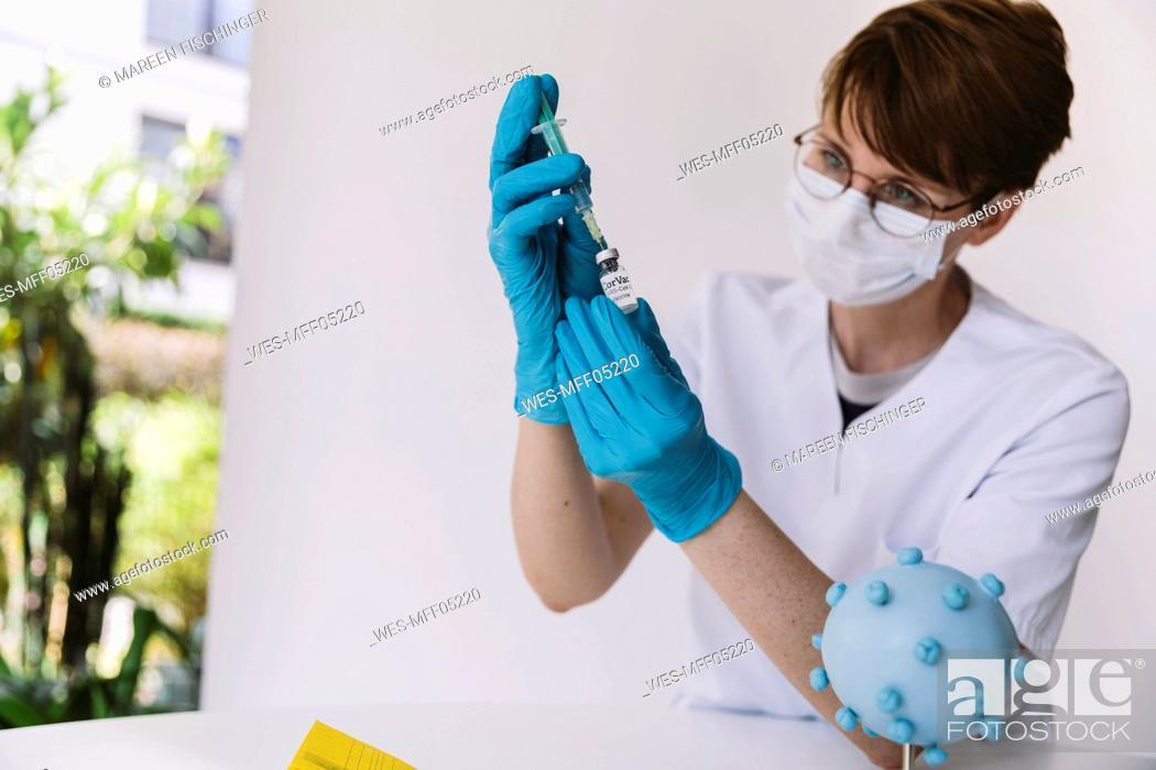Imagen: Doctor preparing injection with Corona virus vaccine.