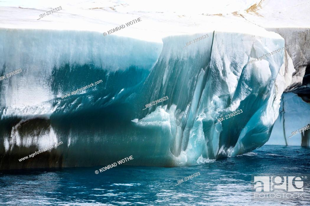 Imagen: Blue and black iceberg off Laurie Island, Washington Strait, South Orkneys, Southern Ocean, Antarctica.