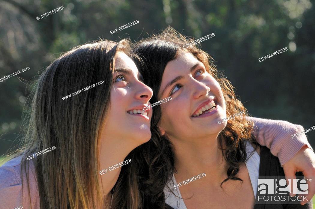 Imagen: Two teenage girls looking ahead.