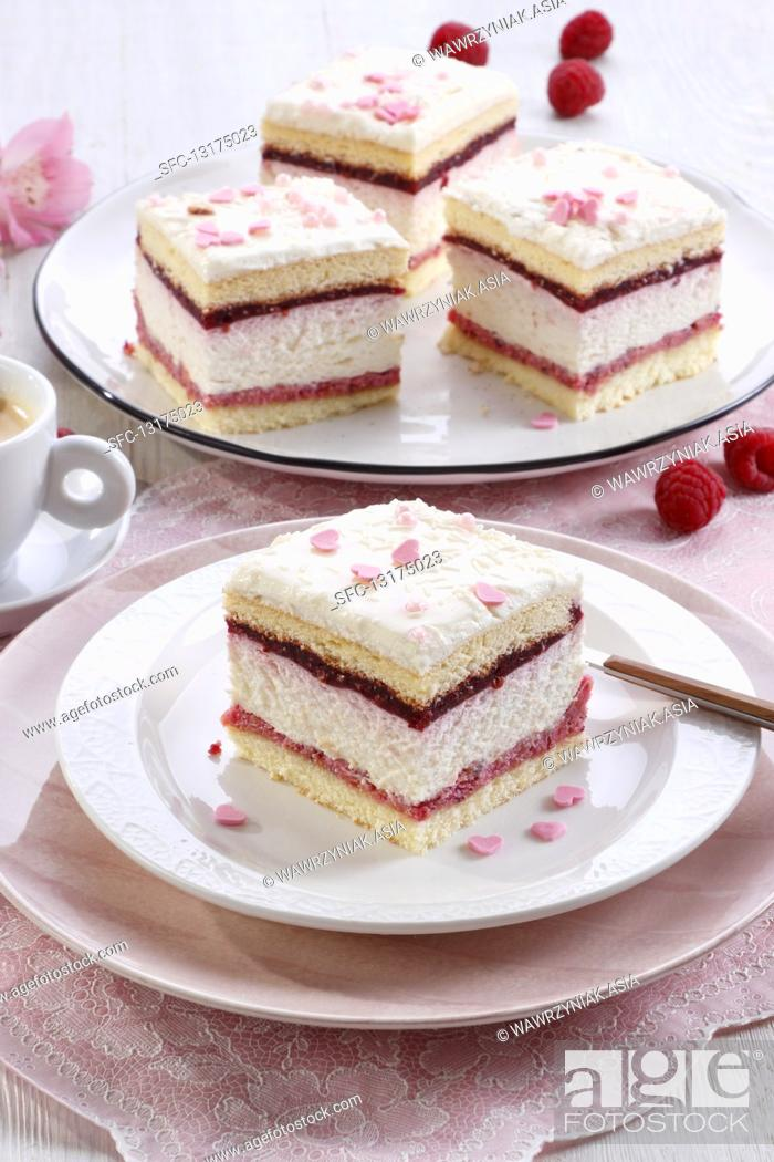Imagen: Foam cake with raspberry mousse and cream.