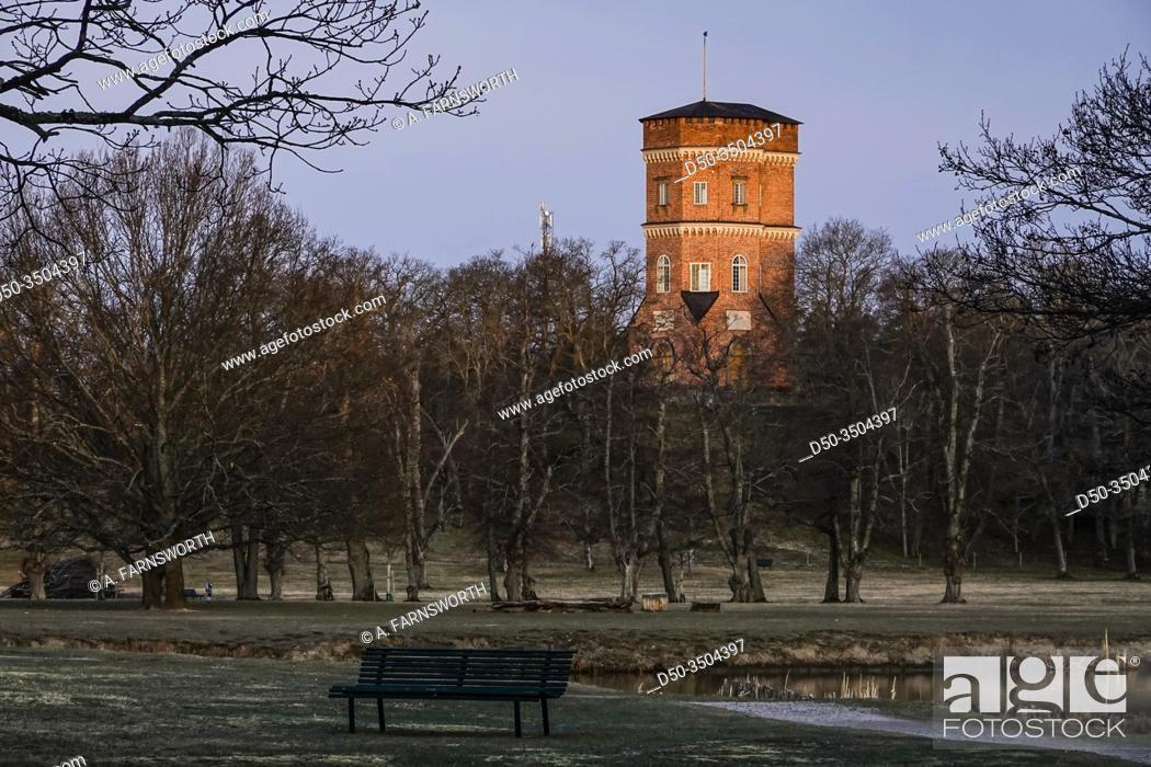 Imagen: Stockholm, Sweden April 1, 2020 The grounds of the Royal Palace Drottningholm and the Tower Building from 1792.