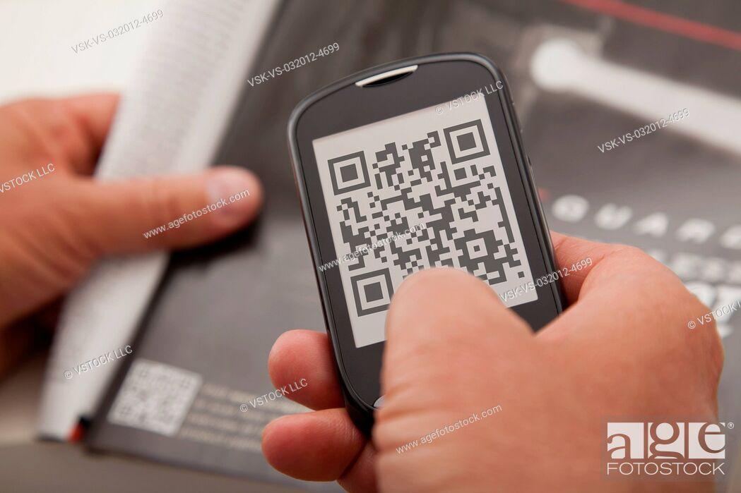 Imagen: USA, Illinois, Metamora, Man using smart phone device.