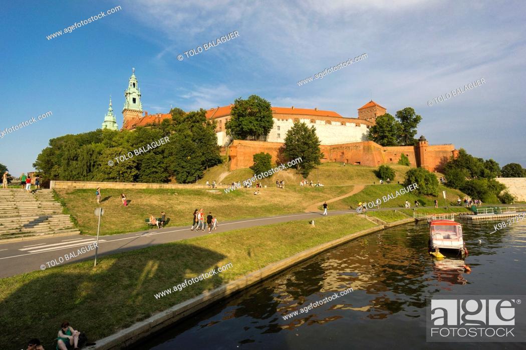 Stock Photo: barcazas en el rio Vistula, castillo y colina de Wawel, Cracovia , voivodato de Pequeña Polonia, Polonia, eastern europe.