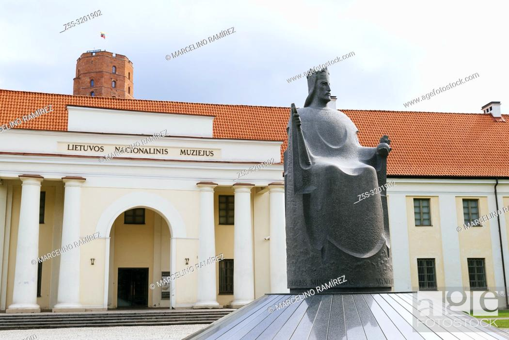 Imagen: Monument to King Mindaugas is located in the front of the National Museum of Lithuania. Vilnius, Vilnius County, Lithuania, Baltic states, Europe.