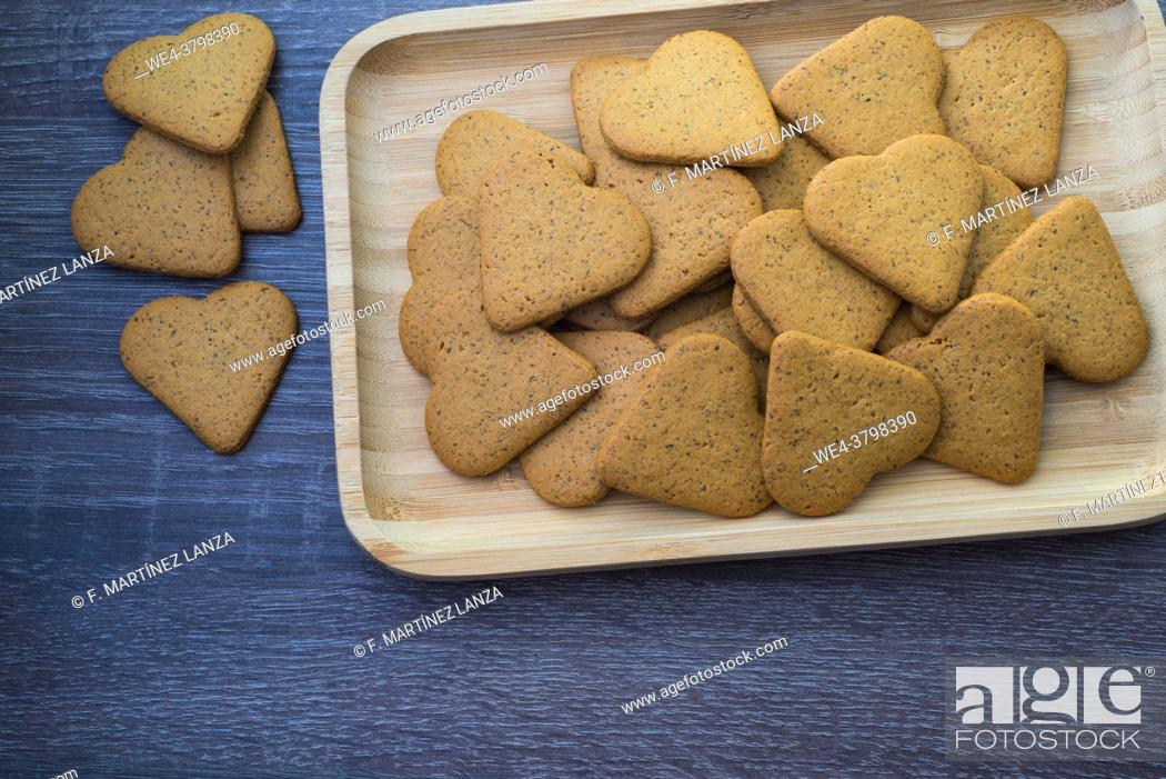 Imagen: Heart-shaped cereal cookies.