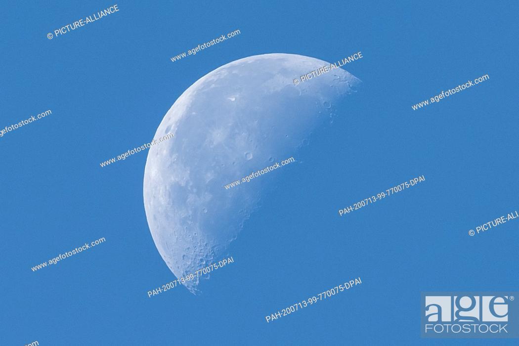 Imagen: 13 July 2020, Baden-Wuerttemberg, Donaueschingen: The moon is half illuminated by the sun. Photo: Silas Stein/dpa. - Donaueschingen/Baden-Wuerttemberg/Germany.