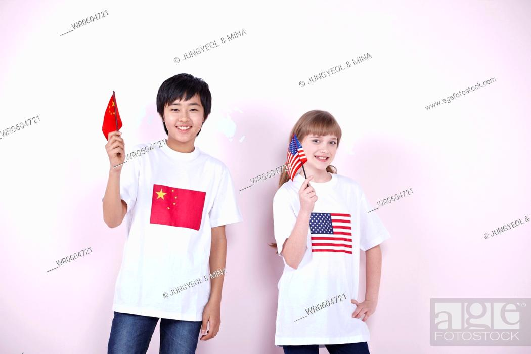 Imagen: The global students with China and U.S.A. flag.