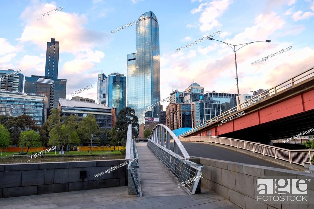Imagen: pedestrian bridge and Kings Bridge, with Melbourne city skyline.