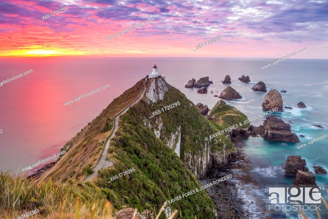 Imagen: Nugget point cape in Kaimataitai, South Island, New Zealand.