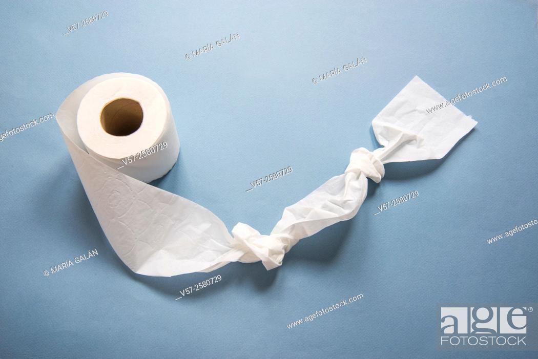 Imagen: Roll of toilet paper with two knots.