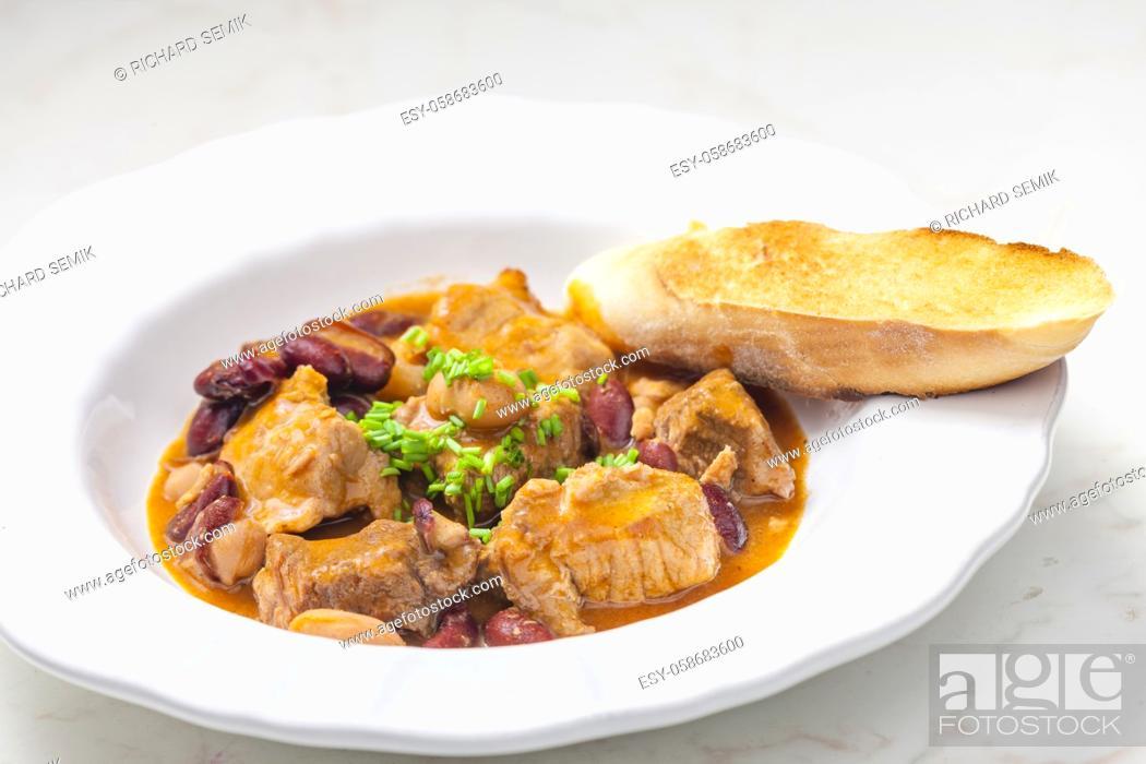 Imagen: pork stew with red beans.