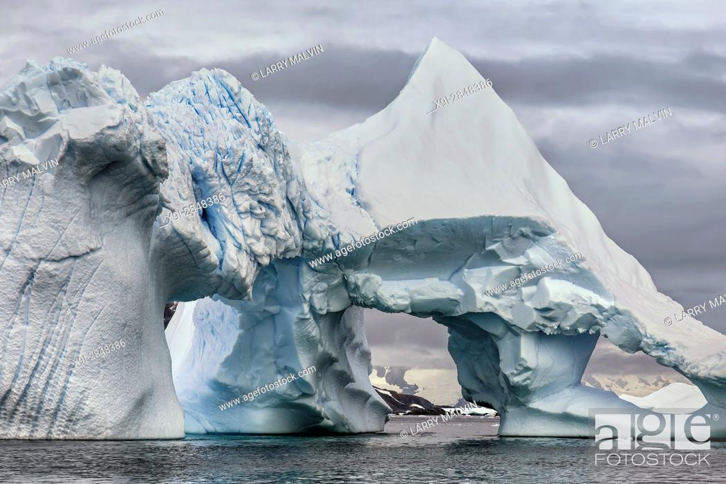 Imagen: Dramatic iceberg formation with opening along the Antarctic Peninsula.