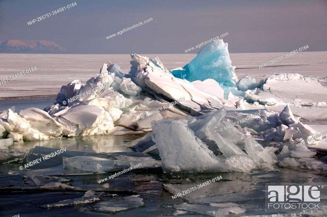 Imagen: Hummocks, frozen Lake Baikal, Siberia, Russian Federation, Eurasia.