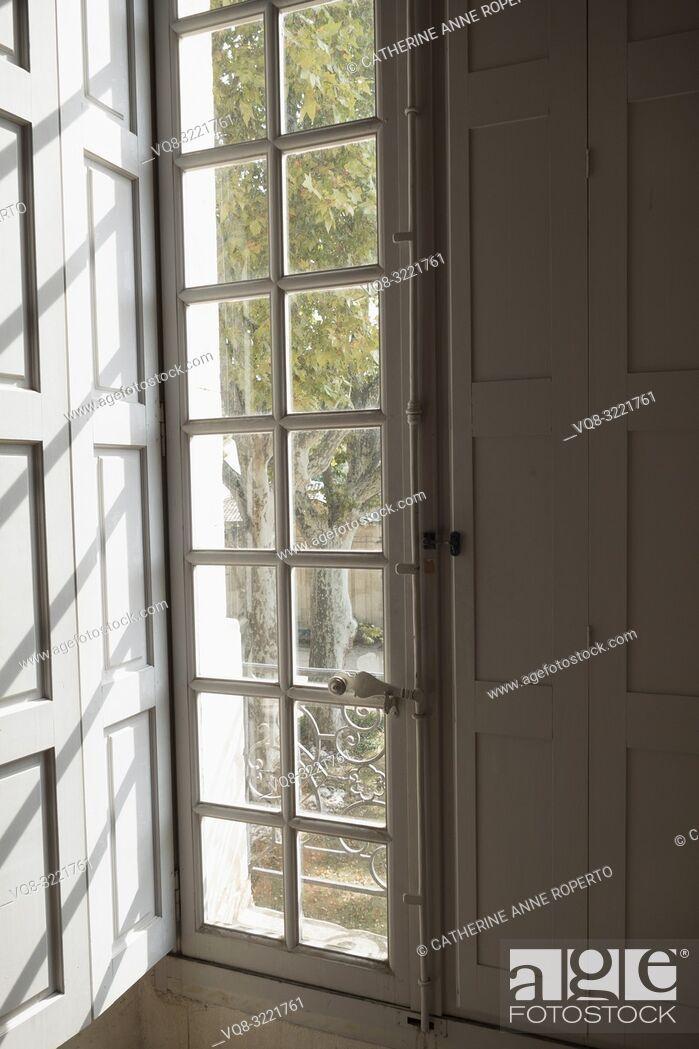 Imagen: Strong diagonal lines cast through cream wooden glazing bars onto rectangular shutter mouldings create a distinctive geometric pattern in Musee Calvet, Avignon.