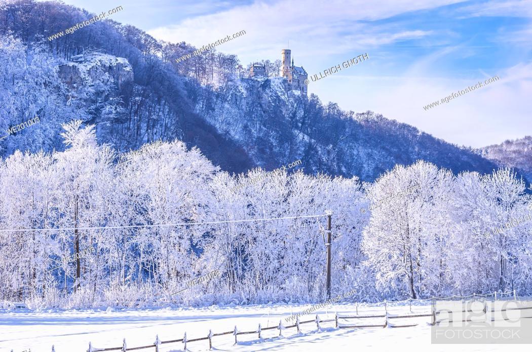Imagen: Winterly Lichtenstein Castle in snowy landscape, Honau, municipality of Lichtenstein near Reutlingen, Swabian Alb, Germany.