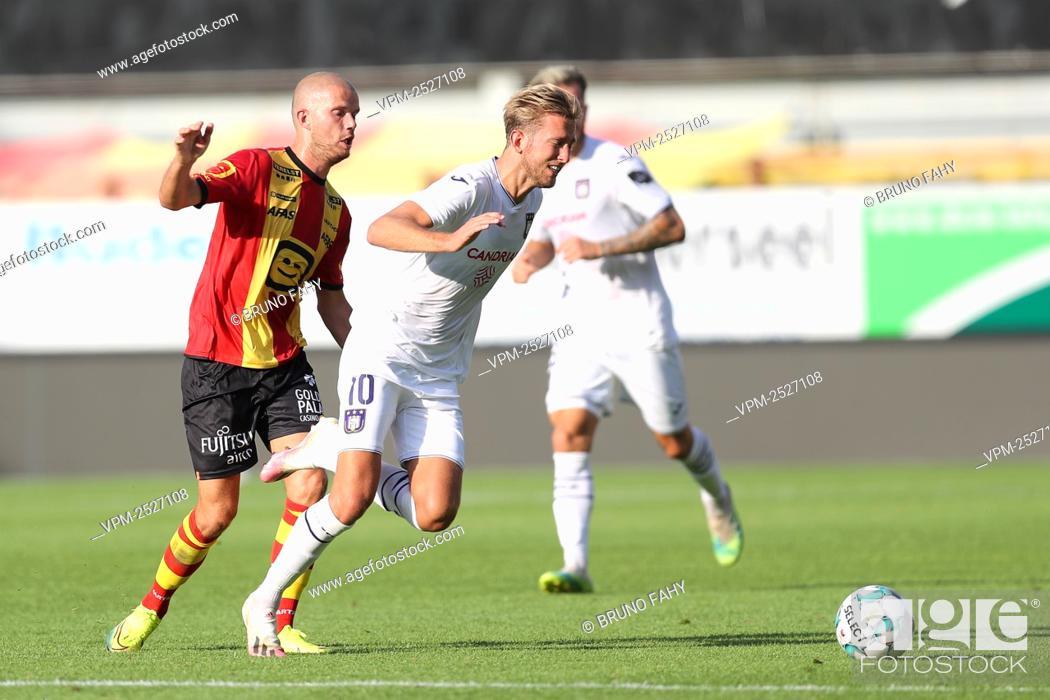 Imagen: Mechelen's Geoffrey Hairemans and Anderlecht's Michel Vlap fight for the ball during the Jupiler Pro League match between KV Mechelen and RSC Anderlecht.