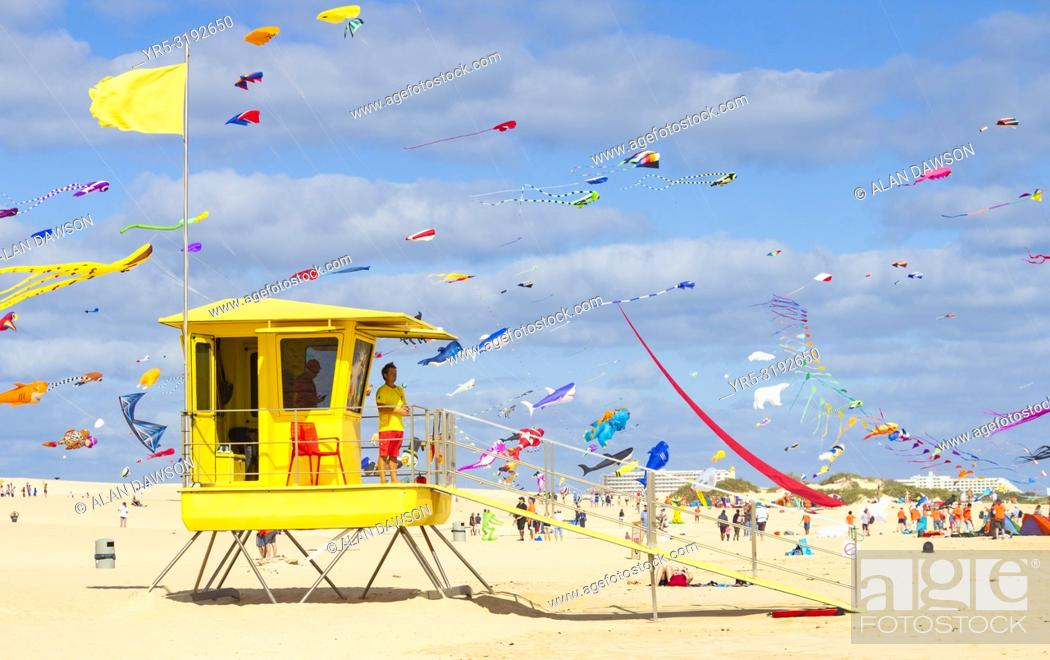 Imagen: Fuerteventura, Canary Islands, Spain. 10th November 2018. View over Lifeguard station as hundreds of kites fly on El Burro beach dunes near Corralejo at the.