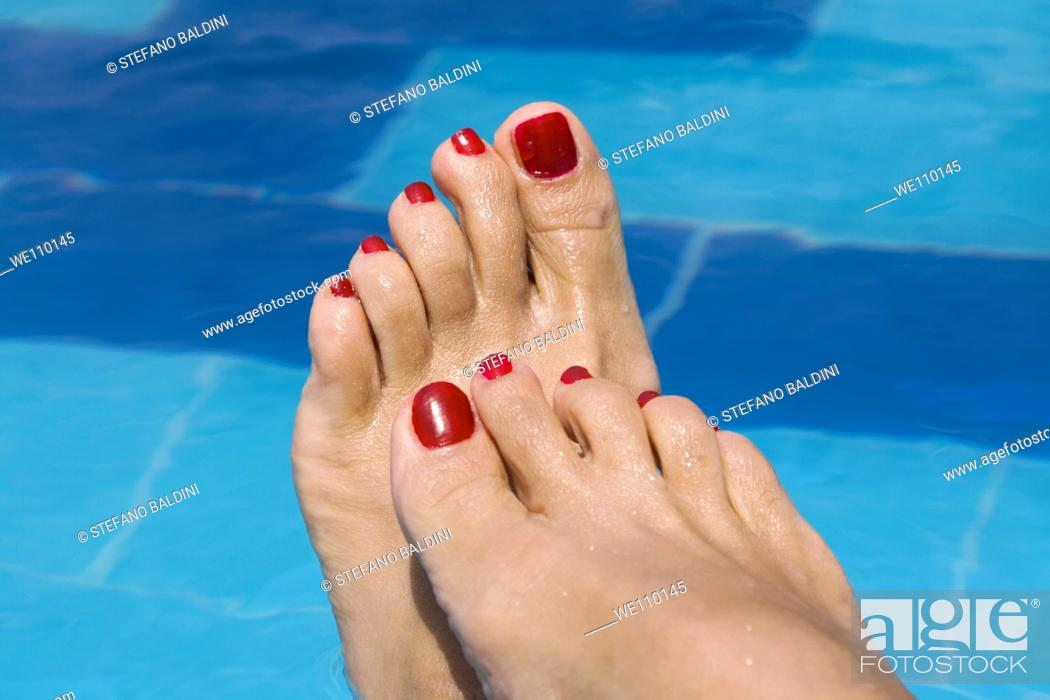 Imagen: lady's feet by a swimming pool.