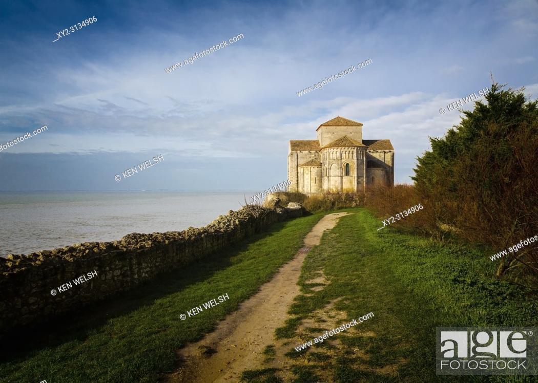 Imagen: Talmont-sur-Gironde, Charente-Maritime department, Poitou-Charentes. Romanesque church of Sainte-Radegonde, built 1094 AD.