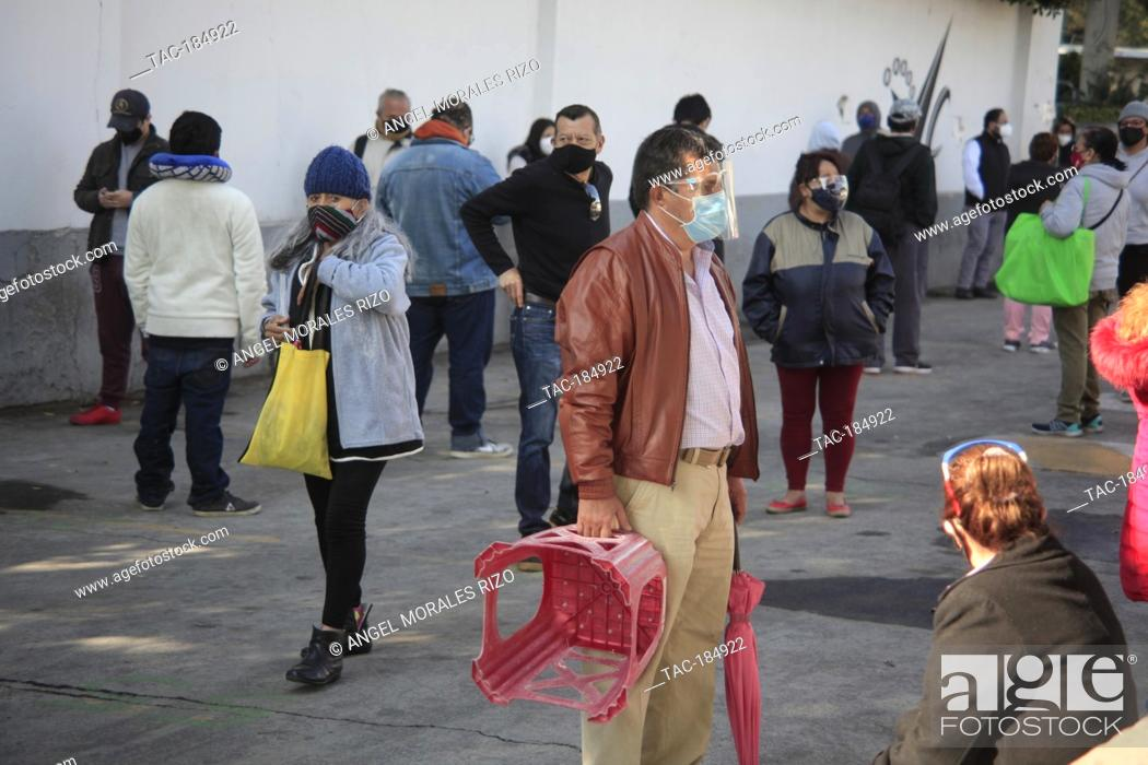 Imagen: MEXICO CITY, MEXICO - JANUARY 19: A person wears protective mask while queuing for undergo to COVID test in one of macro tents.