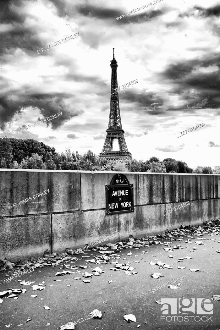 Photo de stock: The Eiffel Tower as seen from the Avenue de New York along the Seine river.