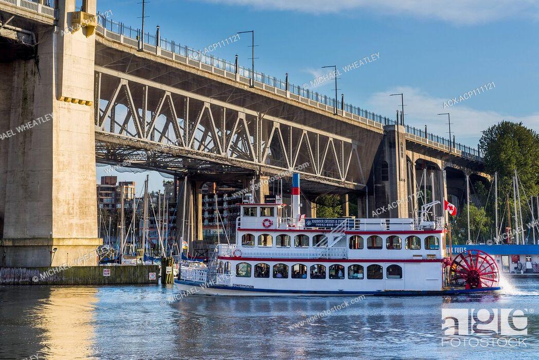 Imagen: Tourist sightseeing Riverboat, the Constitution, passes under the Burrard Bridge, Vancouver, British Columbia, Canada.
