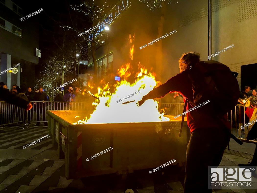 Imagen: Tilburg, Netherlands. Container on Fire after disposing last torches at a torch procession for peace finish, pondering all the Christmas wishes on the Christmas.
