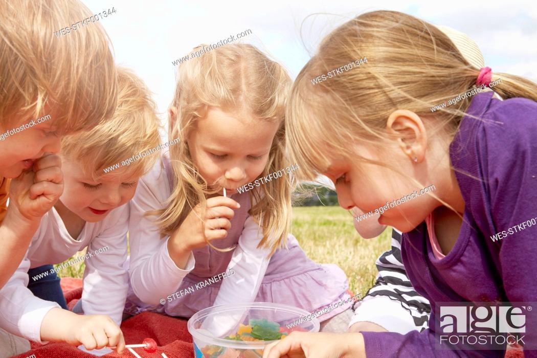 Imagen: Children choosing sweets.