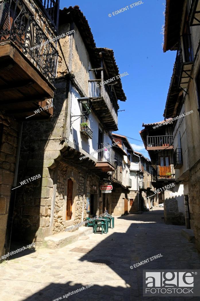 Imagen: Europe, Spain, Castile and Leon, Castilla y Leon, Sierra de Francia, narrow lane with old buildings at San Martin del Castanar public ground.