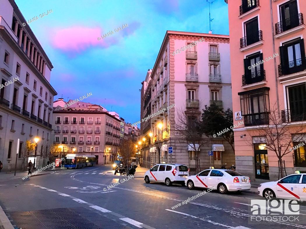 Imagen: Isabel II Square at dawn. Madrid, Spain.