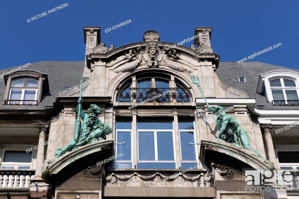 Photo de stock: Statues on the Hansahuis on the Suikerrui in Antwerp, Belgium.