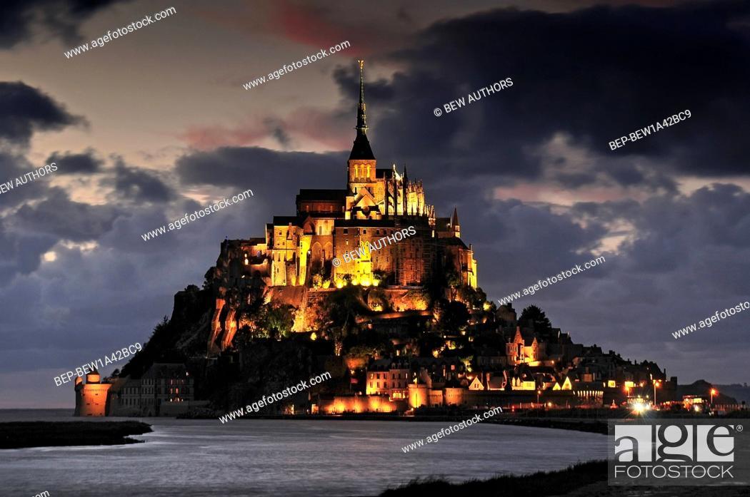Imagen: Mont St Michel illuminated at night. Normandy France.