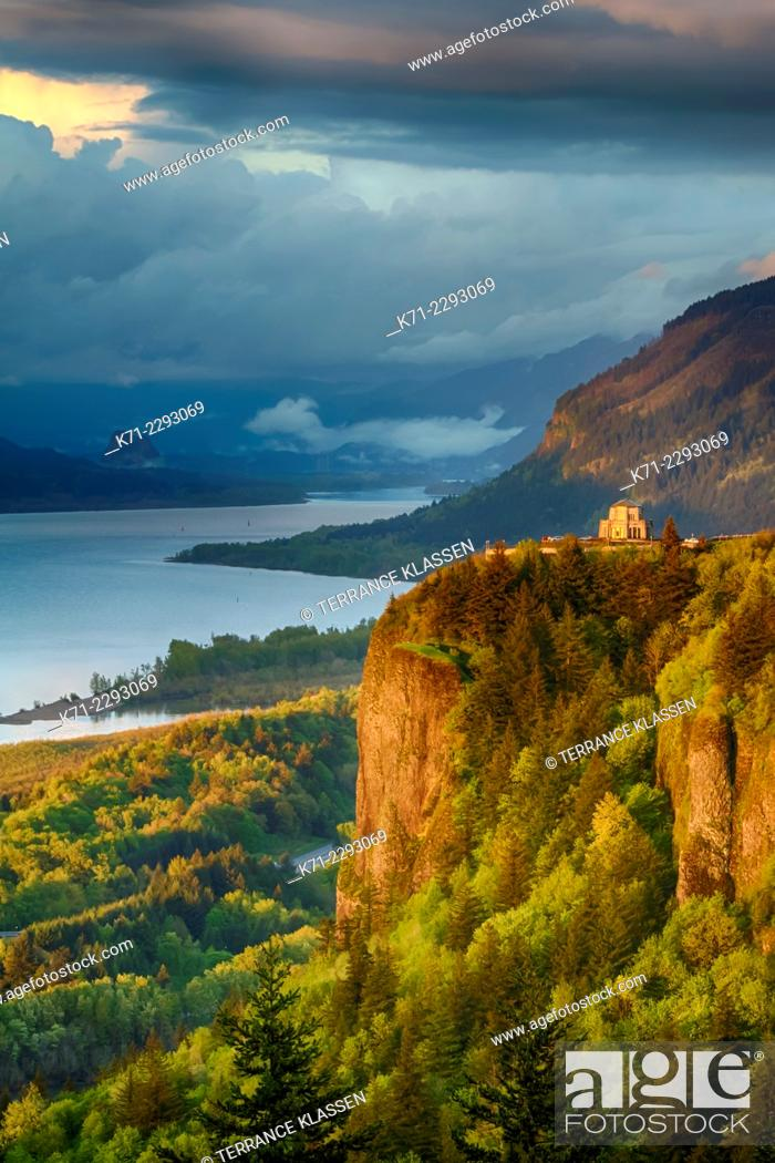 Stock Photo: A view down the Columbia River gorge near sunset, Oregon, USA.