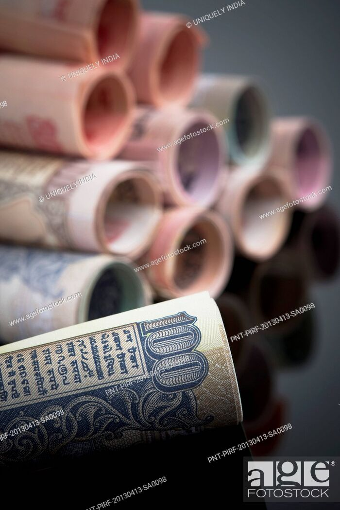 Imagen: Close-up of rolled-up Indian paper currency.