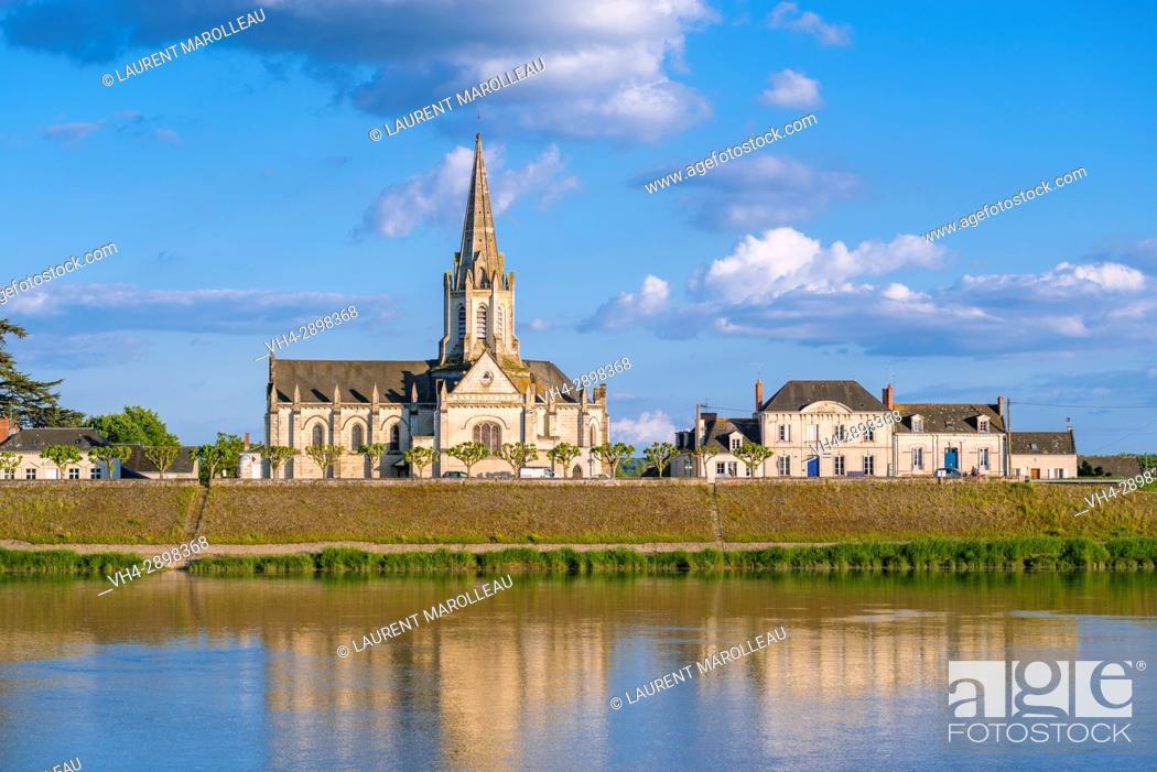 Imagen: Sainte-Marie-Madeleine church and Loire River banks at Bréhémont Village. Indre-et-Loire Department, Centre-Val de Loire Region, Loire valley, France, Europe.