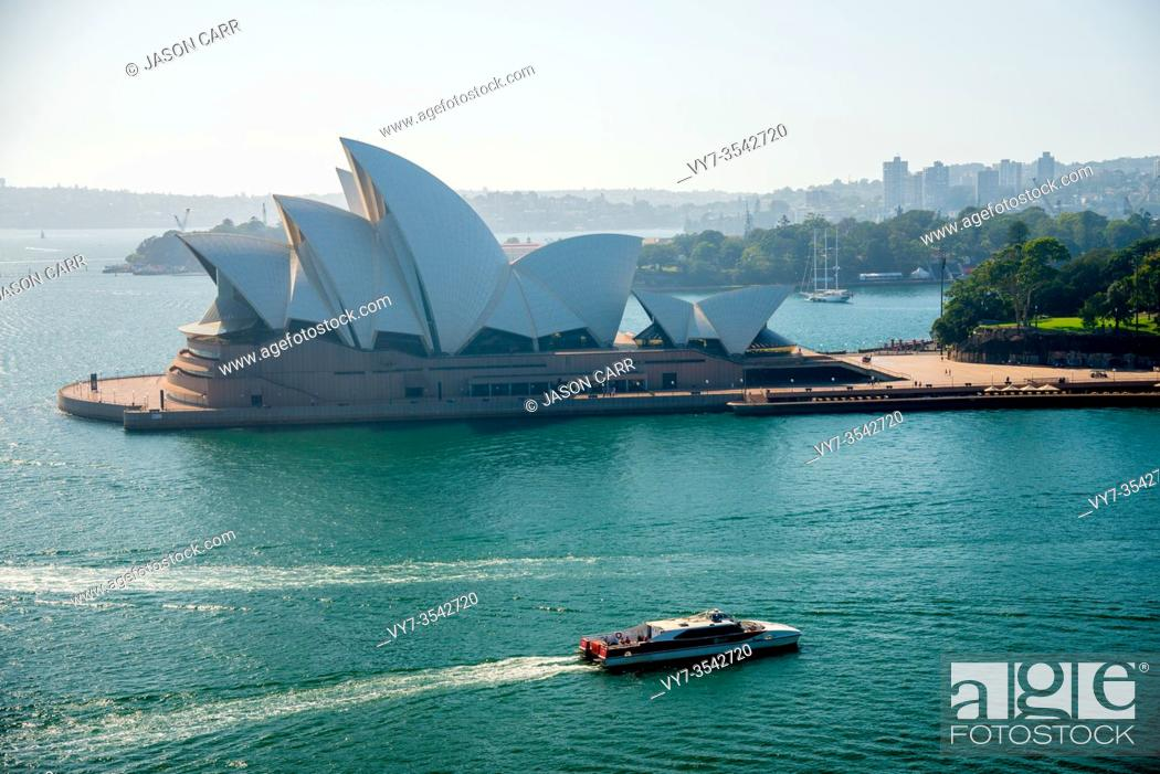 Imagen: SYDNEY, AUSTRALIA - February 1, 2020: Sydney Opera House located in Sydney, NSW, Australia. Australia is a continent located in the south part of the earth.