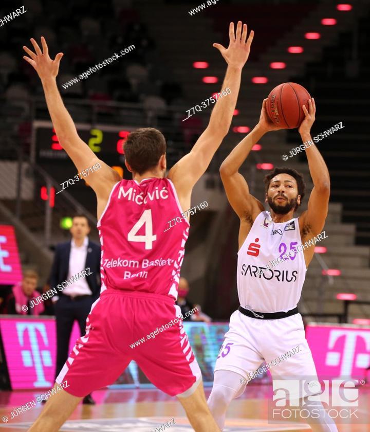 Imagen: Bonn, Germany, 27. 12. 2020, Telekom Dome, Basketball Bundesliga, Telekom Baskets Bonn vs BG Goettingen: Strahinja Micovic (Bonn) und 25 Galen Robinson Jr.