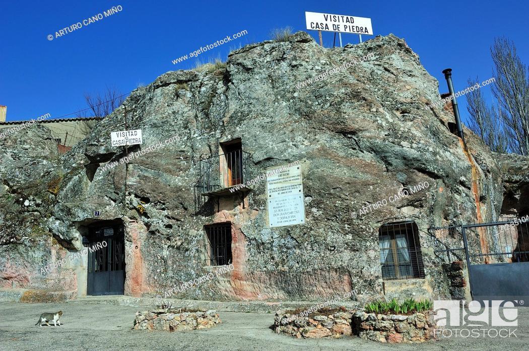 Imagen: La Casa de Piedra is a house excavated in the stone. Alcolea del Pinar town, Guadalajara province, Spain.