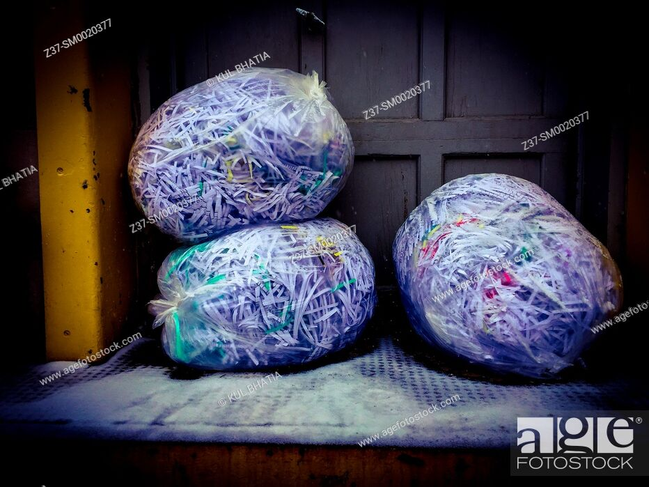 Imagen: Three bags of shredded documents await pick up at the loading dock of a building, Ontario, Canada.