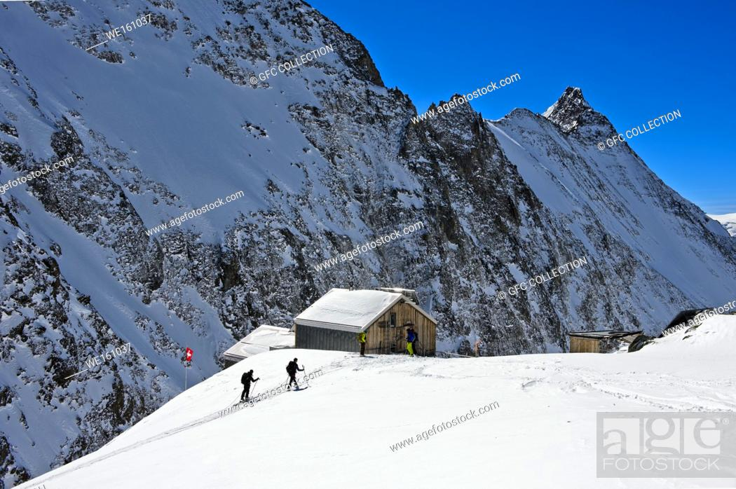 Photo de stock: Ski tourers ariving at the mountain refuge Hollandiahütte on the Loetschenluecke pass, Blatten, Loetschental, Valais, Switzerland.