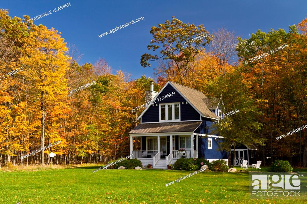 Imagen: A home in the forest with fall foliage color along Highway 119 in Michigan's Lower Peninsula, USA.