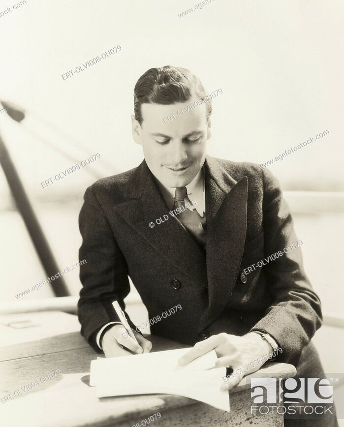Imagen: Man signing a contract (OLVI008-OU079-F).