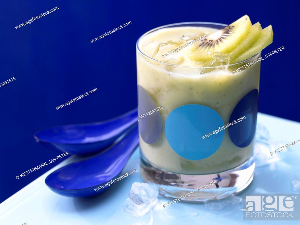 Imagen: Apple and avocado smoothie with kiwi.