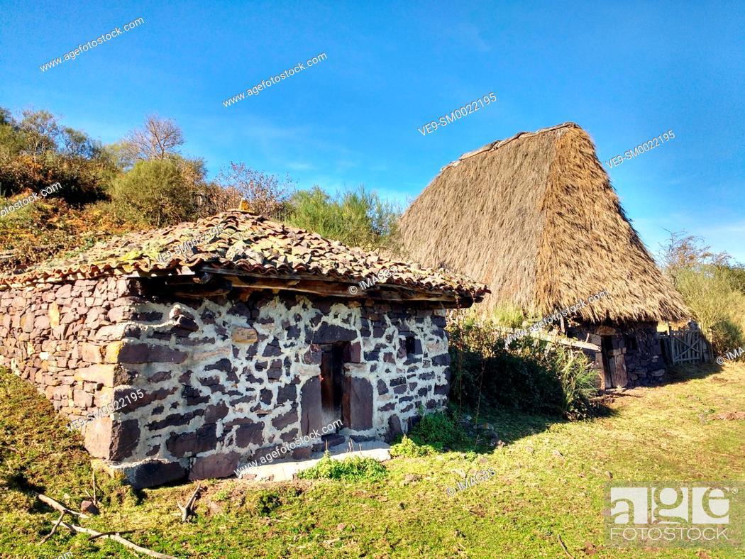 Imagen: Teito (typical dwelling) and cabin, Braña de Tuiza, Ubiñas-La Mesa Natural Park and Biosphere Reserve, Teverga municipality, Asturias. Spain.